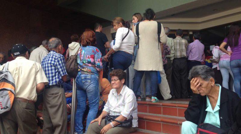 Protestan ancianos en Táchira: amanecen en cola para cobrar pensión y no hay efectivo
